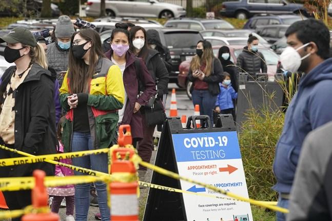Människor köar för att testa för covid-19 i Seattle, i delstaten Washington, under onsdagen.