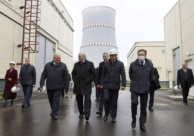 President Aleksandr Lukasjenko, fyra från vänster, besökte atomkraftverket tidigare i november.