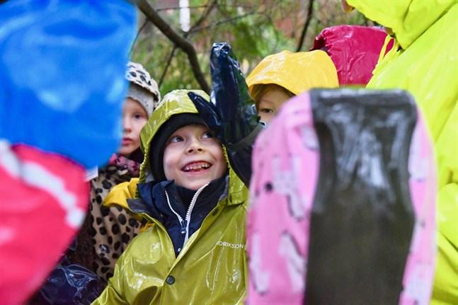 Sexåriga Algot Hellberg tycker det är spännande med äventyr i skogen och svarade ivrigt på frågan vad djur gör när det blir vinter.