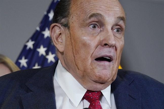 Polisongfärgen rann längs kinderna på Rudy Giuliani.