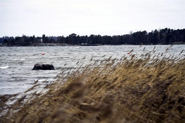 Det varnas för hård sjögång på torsdagen, i och med den hårda sydvästliga vinden. Det här medför också att havsvattennivån stiger.