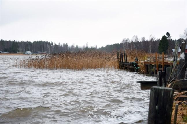 Stormen höjer också havsvattennivån, så här såg det ut vid Österfjärden i Nämpnäs på torsdagen.