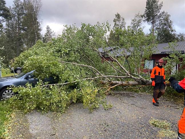 Räddningsverkets personal har ryckt ut ett flertal gånger på grund av stormen. Bilden från Österbottens räddningsverks Facebooksida.