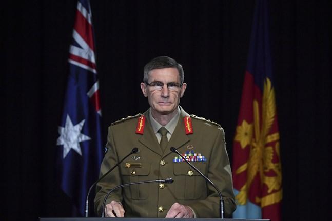 Chefen för den australiska försvarsmakten, Angus Campbell, offentliggör resultatet av krigsbrottsutredningen vid en presskonferens.