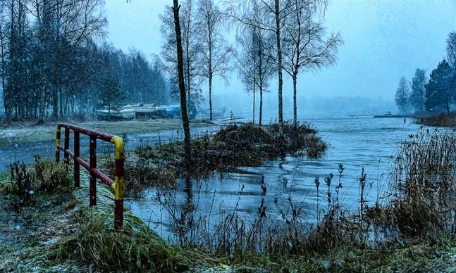 Högt vattenstånd i Gamla hamnviken i Jakobstad. 19.11.2020.