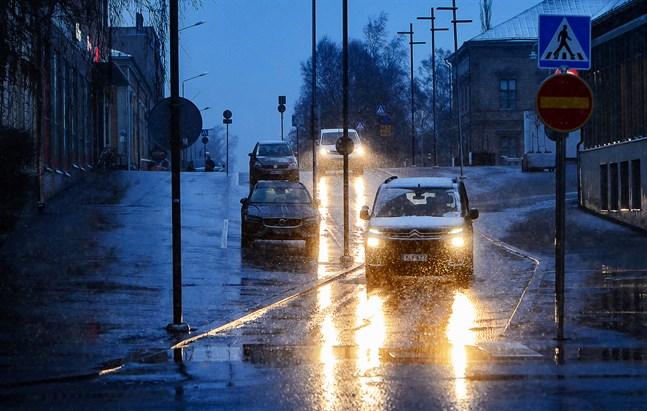 Denna vägstump längs med Rådhusgatan i Jakobstad ska byggas om för 200.000 euro och bli dubbelriktad igen.
