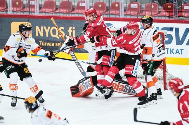 Sports lagkapten Erik Riska (i mitten) gör sin 400:e ligamatch i kväll då KooKoo står för motståndet i Kouvola.