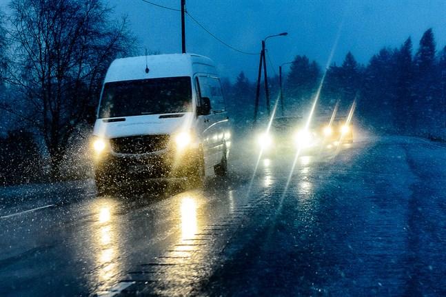 Det finns en större risk för olyckor med det dåliga väglaget på fredagen, varnar Meteorologiska institutet.