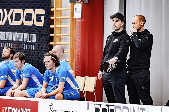 Jori Isomäki och Robin Holländer tränar ett Blue Fox, som just nu har långt mellan matcherna.