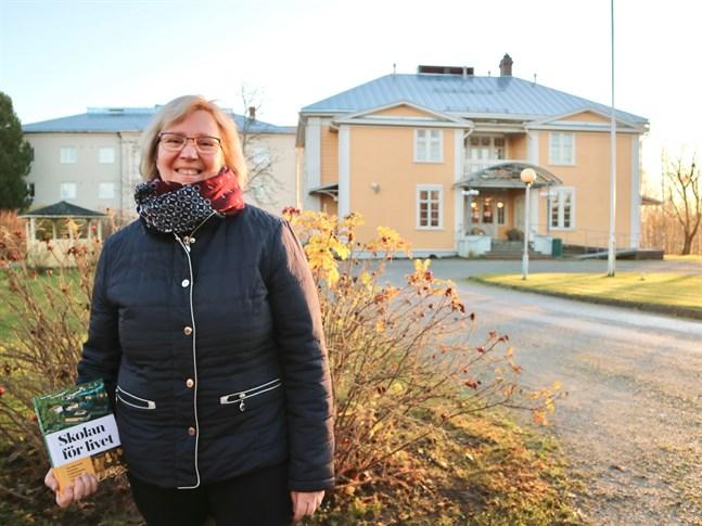 Rektor Susann Friman känner nästintill vördnad när hon tar del av skolans historia genom Gustav Björkstrands historik Skolan för livet.