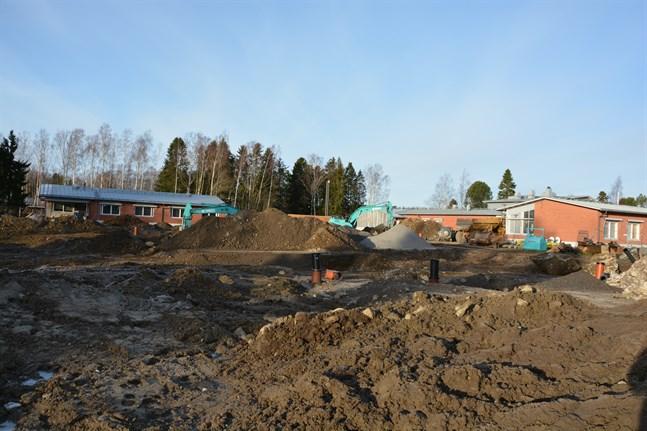 Nu återstår endast en del av Annahemmet i Korsnäs (till vänster i bild) medan resten är rivet. Den återstående delen liksom Lärknäs-flygeln till höger ska byggas ihop med nya Lärknäs. Resten rivs.