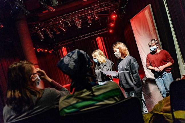 Lovis Klingenberg, Cornelia Höglund och Venla Övermark förbereder ett uppträdande.