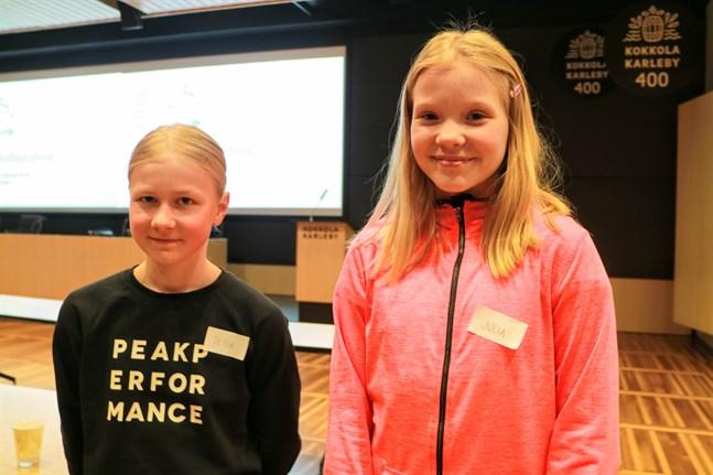 Jätteroligt, tycker både Tessa Herronen från Hållhagens skola och Julia Lindell från Såka skola om att få vara med i barnfullmäktige.
