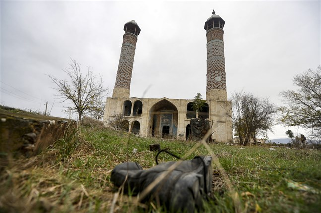 En soldatkänga på marken framför moskén i Aghdam, som nu återgår till azerisk kontroll efter 30 år.