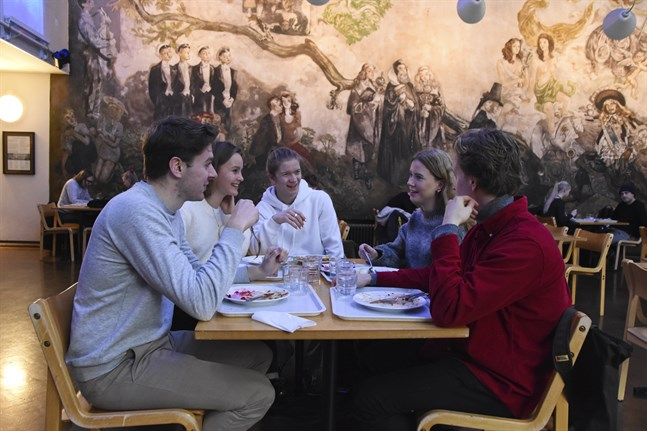 (Fr.v.) Thomas Sjöberg, Lotta Arola, Linus Höglund, Maja Meurman och Pietari Matilainen, alla första årets studenterande i samhällsvetenskaper, äter lunch på Kåren. Eftersom restauranglokalen ännu renoveras har festsalen förvandlats till lunchrestaurang. – Vi talade just om att de har ordnat det jättefint här, säger Arola.