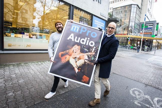 Mikael Ahlskog och Ben Bergman är ivriga att få öppna den nya musikaffären i Vasa. Det är viktigt för att hålla liv i musikkulturen, säger de.