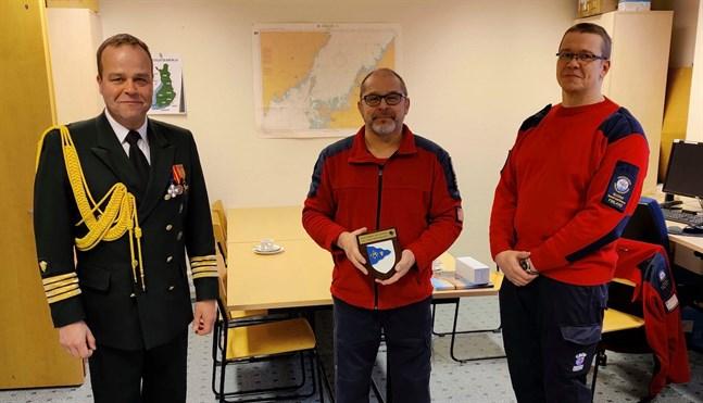 Kommendör Marko Tuominen på Västra Finlands sjöbevakningssektion överräckte en plakett för rådigt ingripande i en sjöräddningssituation åt Juuso Kokkoniemi och Pekka Erkkilä från Karleby sjöräddare.
