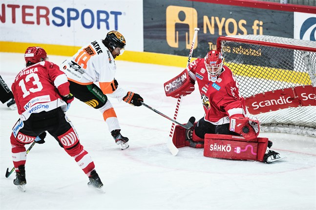 Niko Hovinen har två riktigt starka matcher bakom sig och fortsätter vakta Sports mål.