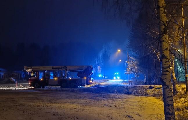 Tidigt på fredagsmorgonen ryckte räddningsverket ut till Karperö där en bil brann kraftigt.