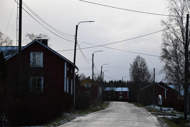 Förnyelsen av vägbelysningen i Närpes är snart färdig. Här längs Östanåkersvägen (Stjälgon) är armaturerna förnyade, men alldeles i närheten längs Östermarksvägen återstår en del arbete.