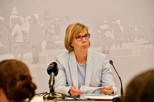 Justitieminister och ordförande för Svenska folkpartiet Anna-Maja Henriksson vill förbättra myndigheternas möjligheter att ingripa mot olaga hot.