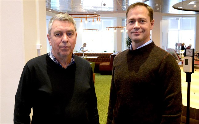 Johnny Grandell blir kvar som chef för äggpackeriet i Närpes när Dava Foods Finland med vd Juha-Petri Jokinen i spetsen tar över verksamheten.