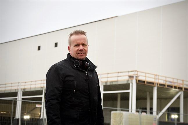 Tommy Grannas, fastighetschef på Wärtsilä, säger att coronaepidemin inte har bromsat bygget och att tidtabellen ser ut att hålla ganska bra.
