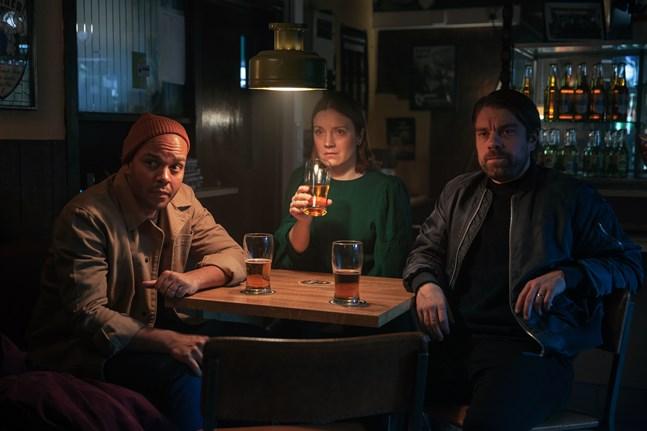 Ernest Lawson, Elena Leeve och Joonas Saartamo väntar på sin tur att gå upp på scenen i Reetta Aaltos film om ståuppkomiker.