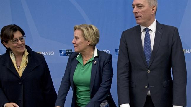 Nederländernas försvarsminister Ank Bijleveld råkade dela med sig av ett lösenord till ett hemligt ministermöte. Här står hon tvåa från vänster, sida vid sida med Italiens och Norges respektive försvarsministrar. Arkivbild.