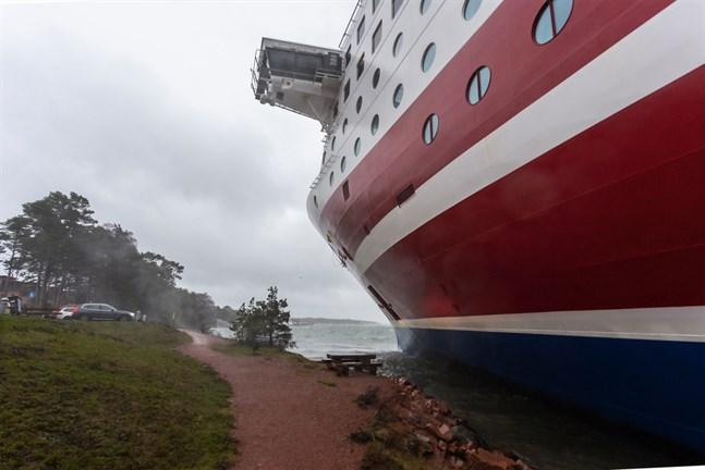 Passagerarfartyget Viking Grace fick bottenkänning i närheten av Mariehamn på lördagen.