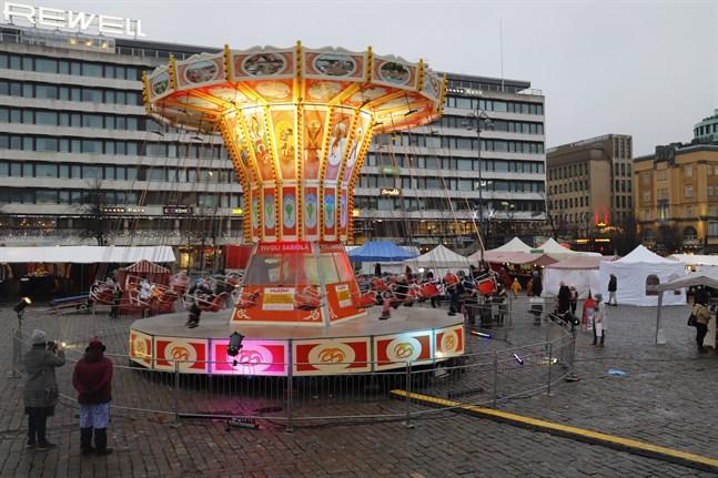 Kön ringlar sig lång till karusellen som finns på torget under julöppningshelgen.