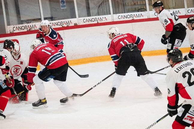 Effektiviteten saknades. Här försöker Joakim Lindqvist med hjälp av Daniel Söderbacka men Anssi Ojanperä står i vägen.