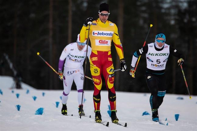 Joni Mäki vinner sprintfinalen i Taivalkoski före Verneri  Suhonen (nr 5) och Juho Mikkonen.