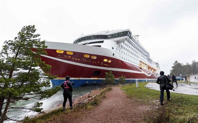 Färjan har gått på grund i hamnen i Mariehamn.