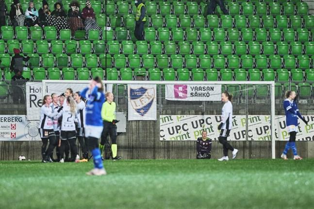 Karoliina Muurimäki i VIFK-målet hade en kämpig eftermiddag. På bilden firar JyPK sitt fjärde mål i matchen.