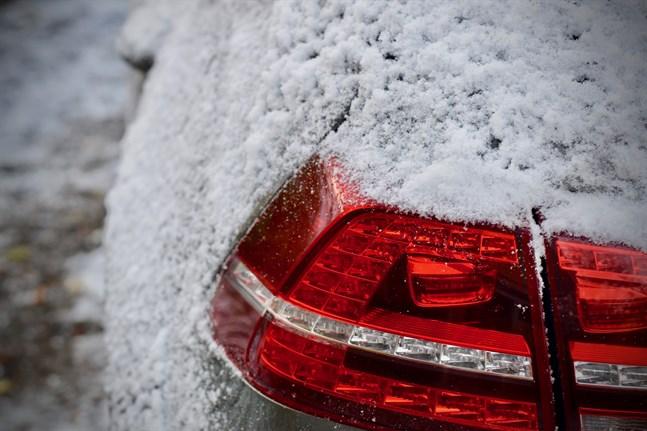 En person miste livet i samband med en trafikolycka i Uleåborg på söndagen. Vägen vid olycksplatsen var täckt av blöt snösörja.