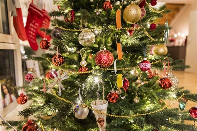 Ta vara på det sinnliga i julen. En vacker gran kan locka fram fina känslor.