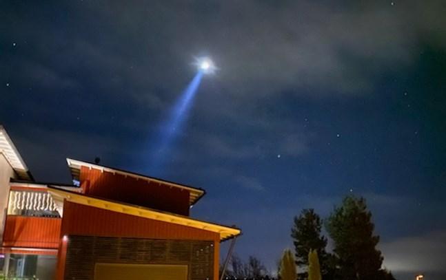 En helikopter rörde sig också med starka strålkastare ovanför Sunnanvik.