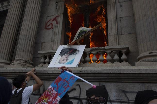 Arga demonstranter satte eld på kongressbyggnaden i Guatemala City på lördagen.