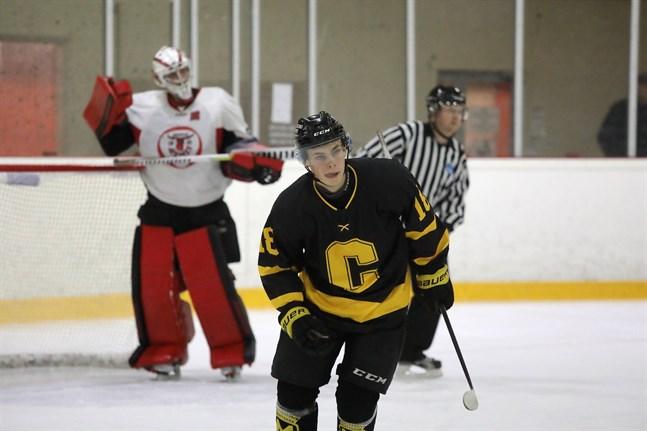 Melvin Borgmästars jublar efter sitt första mål för Centers Hockey.
