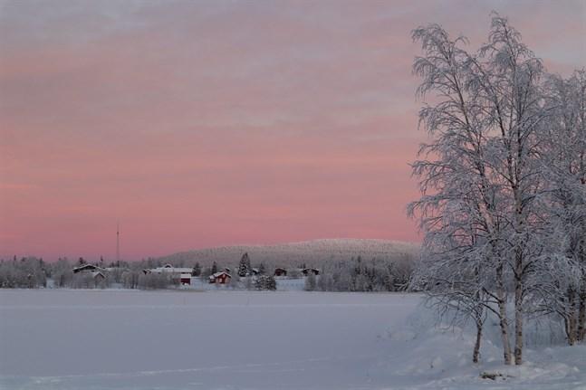 Kameran filmar exempelvis hur himlen byter färg och hur fjälltopparna dag för dag blir allt mer snötäckta.