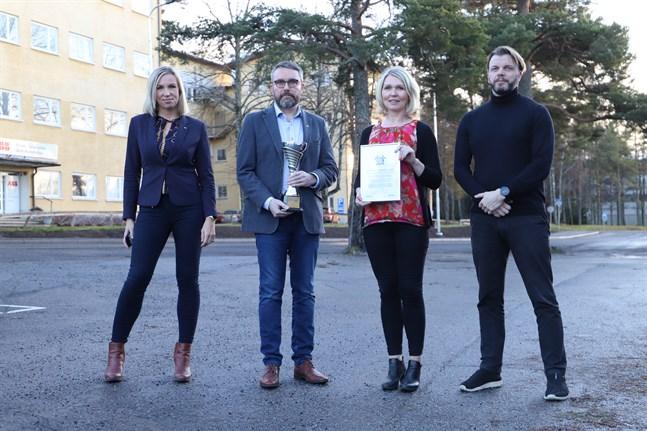 Erkkilä och Palola från Österbottens handelskammare överräckte buckla och diplom till Nieminen och Kärki från OAJ.