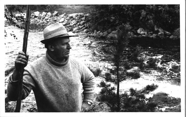 Odin Sikström vid en fors i Esse å, för en JT-artikel inför utgivningen av Dan Andersson-skivan 1977.