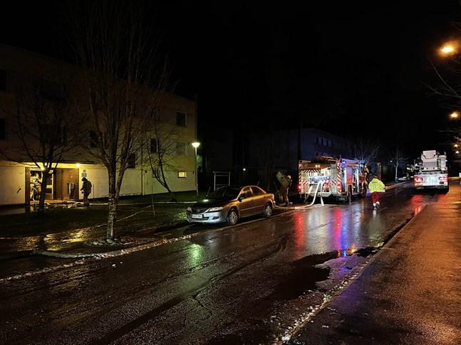 Det började brinna i ett höghus på Castrens gata i Jakobstad.