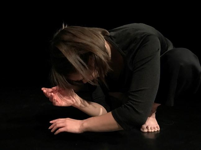 """Dansaren Ailish Maher lägger fokus på händerna i föreställningen """"Händerna berättar"""". I den är nutidsdansen ett lika viktigt inslag som textilkonsten och ljud- och bildvärlden."""