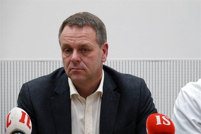 Helsingfors borgmästare Jan Vapaavuori höll en egen presskonferens om striktare coronaåtgärder i Helsingforsregionen på tisdag förmiddag, strax innan minister Krista Kiurus möte skulle börja. Bilden är från en presskonferens i mars.