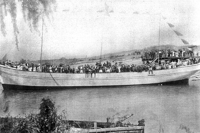 Den tremastade skonaren Alma Doepel kort efter sjösättningen i Bellingen den 10 oktober 1903.