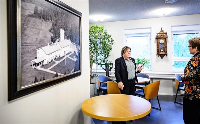 Kommungården är byggd på 50-talet och skyddad. Därför får inte den nya utbyggnaden påverka fasaden, säger kommundirektör Gun Kapténs. Invid henne står ekonomichef Yvonne Thodin.