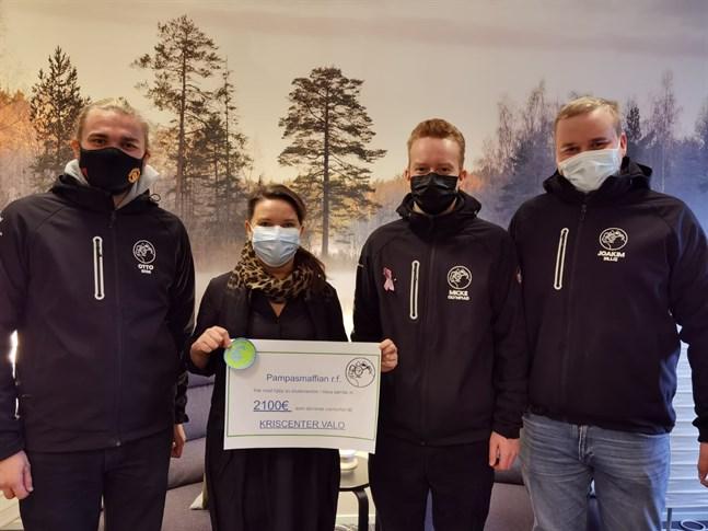Studentföreningen Pampasmaffian vid Åbo Akademi i Vasa har samlat ihop pengar till Österbottens kriscenter Valo. Donationen överräcktes till direktör Anne Salovaara-Kero.