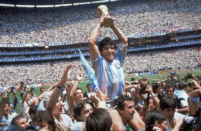 Diego Maradona med VM-bucklan efter finalsegern mot Västtyskland 1986. Arkivbild.